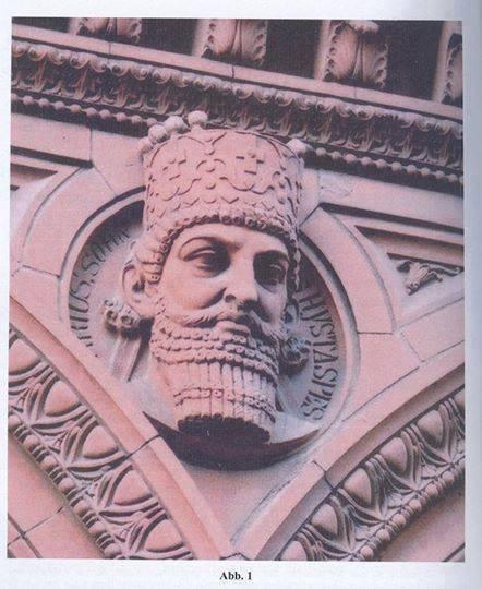 سردیس داریوش یکم هخامنشی (بزرگ) بین سردیس بزرگان تاریخ بر سر در ادارهی مرکزی پست برلین.